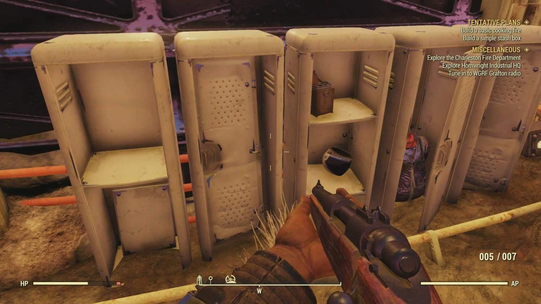 Шлем и скафандр космонавта находятся в шкафчиках